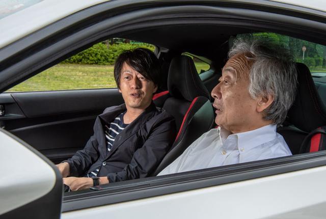画像: ハチロクの試聴をする土方氏(運転席)と麻倉氏(助手席)。持参した音源を聴くと席を入れ替わって音を確認した。