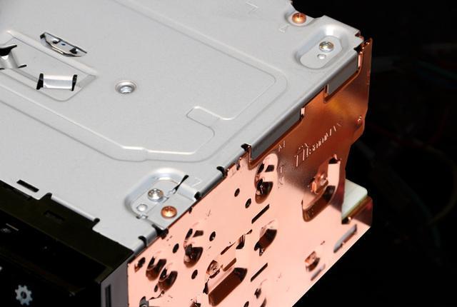 画像: インピーダンスの低い銅メッキパーツを最適な箇所で使用することにより、回路にて発生するノイズのリターン電流および電磁誘導により発生する渦電流が、オーディオブロックに悪影響を与えないようコントロールして高音質化を図っている。