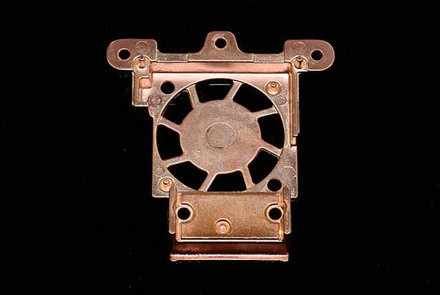 画像: クーリングファンのカバーとヒートシンクを兼ねるこのパーツは、アルミダイキャスト製。通常メッキ処理が難しいアルミパーツにも銅メッキ加工をしている。この画像は組み上げられた状態では見えない裏面、きれいにメッキ加工されていることがわかる。