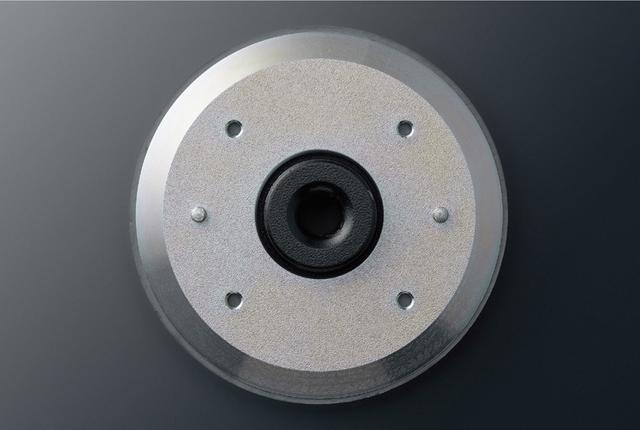 画像: DCT低歪大型フェライト磁気回路は、このサイズのユニットにしては大型のフェライトマグネットを搭載しており、最適化された磁気回路設計により聴感上高いS/N感を実現したという。