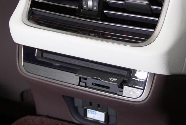 画像1: リアドアのUnityスピーカー装着部グリルは、開口率50%を超えるアルミ製で、切削加工によって製造されたものだという。ここにもマークレビンソンリファレンスのロゴが確認できる。