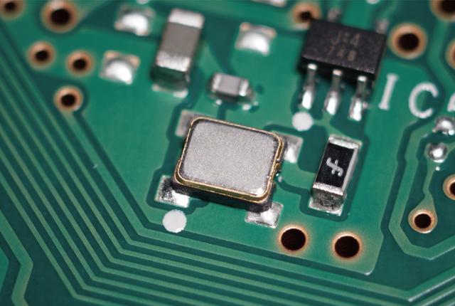 画像: 新規開発されたサウンドマスタークロックには、超低位相雑音特性をもつ水晶発振器を採用している。DACの直近に高精度クロックを配置して、超微細なシグナルも欠落させないデジタルアナログ変換を実現しているという。