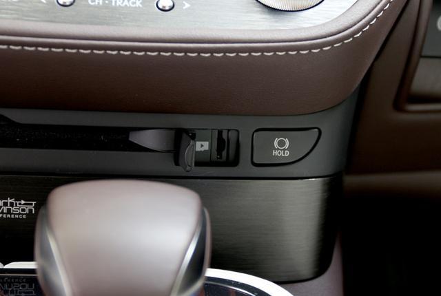 画像: ディスクローディングスロットのすぐ横には、小さな扉の奥にマイクロSD用のスロットが用意されている。