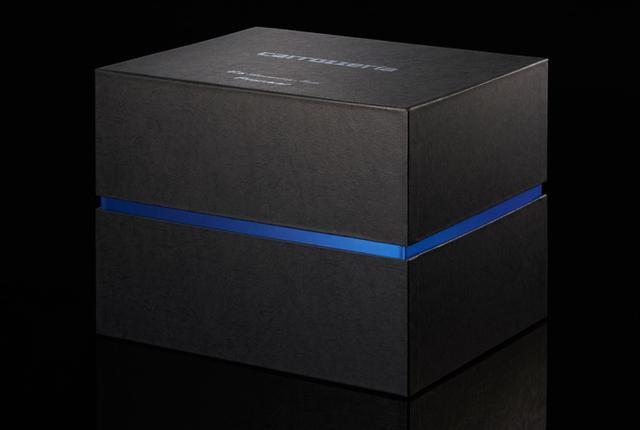 画像: AVIC-CZ902XS-80を収める化粧箱も特別製。レザー調に特殊表面処理をしたボックスを採用している。わずか80セットのパッケージなので、クルマに装着したあともとっておきたくなるだろう。