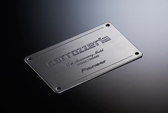 画像: AVIC-CZ902XS-80にパッケージされるカードサイズのシリアルナンバープレートは、ステンレス製だ。表面には品のあるヘアラインがほどこされており、限定シリアルナンバー(No.1〜No.80)と限定ロゴが丁寧に刻印されている。