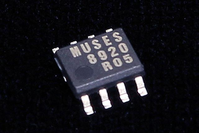 画像: 電流出力型DACからの信号を受けるIV変換回路には、新日本無線製の「MUSESシリーズ」オペアンプを採用している。J-FET入力ハイエンドオーディオ用オペアンプ「MUSES8920」は、低雑音、高利得帯域、低歪率、高スルーレートを実現したデバイスで、市販AVナビへの採用は初となる。