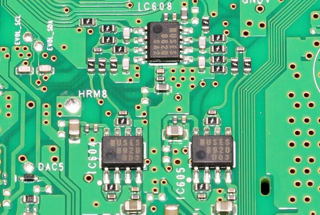 画像: 実際の基板では、DACからの出力を2基のMUSES8920でIV変換し、そのあと1基のMUSES8820でローパスするという回路を構成する。フロントチャンネルとリアチャンネルで合計6基のMUSESデバイスが搭載されている。また、オペアンプ近くには、歪を発生させない非磁性体抵抗器を採用するなど高音質への妥協を許さない造りが実践された。