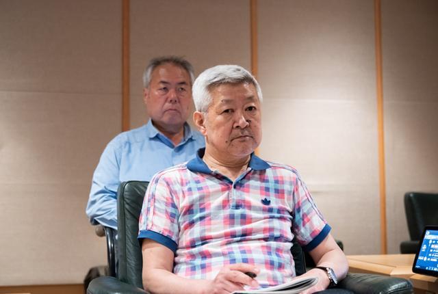 画像: 試聴中の両氏。互いに持ち込んだ音源を聴いて、音の違いを確認している。