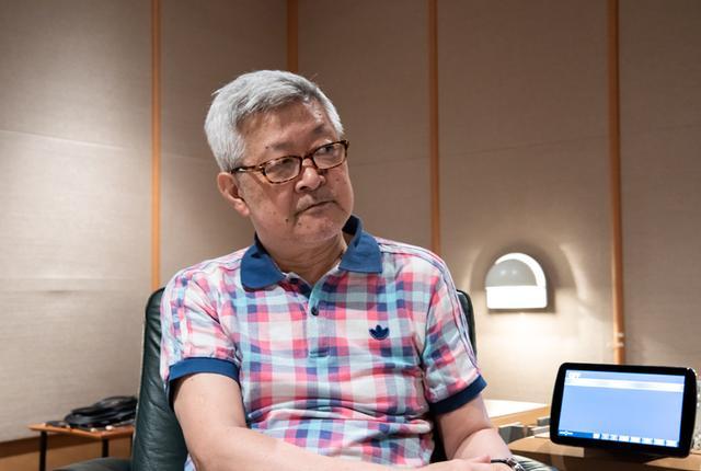 画像: 初のバッテリー比較試聴を体験した和田氏。その音の違いに驚きが隠せなかった。かたわらに見えるのは、試聴に使ったAVナビパナソニックstrada「CN-F1XD」。