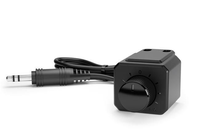 画像: 運転席付近に装着可能なリモートコントローラーHRC APも付属。好みの低音を自在に調整できる。