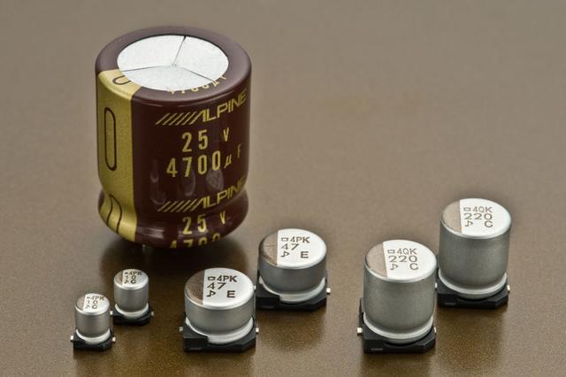 画像: コンデンサーメーカーと共同開発した、アルパインカスタム高音質電解コンデンサーが採用されている。