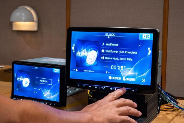 画像: 迫力の大画面11型パネルを採用したフローティングビッグX11(イレブン)。左は同時に試聴した8型パネルのビッグX。