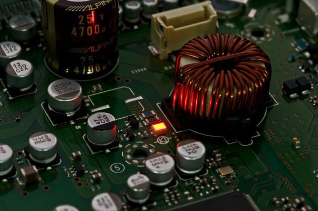 画像: 回路基板上に光るインジケータではなく、赤色LED(発光ダイオード)の性質を活用した電源回路を、本機でも導入。ノイズの低減、特に低音部を最大40dBも低減させることができたとのこと。