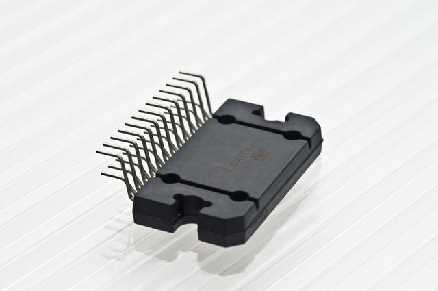 画像: 入力信号を監視して、信号の基準点の揺れを制御するD.C.R.V.(Direct Control to Refarence Voltage)回路を組み込んだパワーIC。イタリアのSTマイクロ社との共同開発素子で、内部配線は純銅が採用されている。