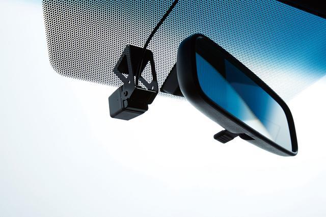 画像: ドライブレコーダーがナビ本体に内蔵されるため、フロントガラスに貼り付けるのはコンパクトなカメラのみとなる。