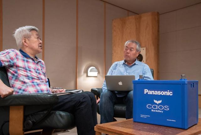 画像: オートサウンドウェブの試聴室で、新型caosを聴いた和田博巳氏(左)と黛健司氏(右)。