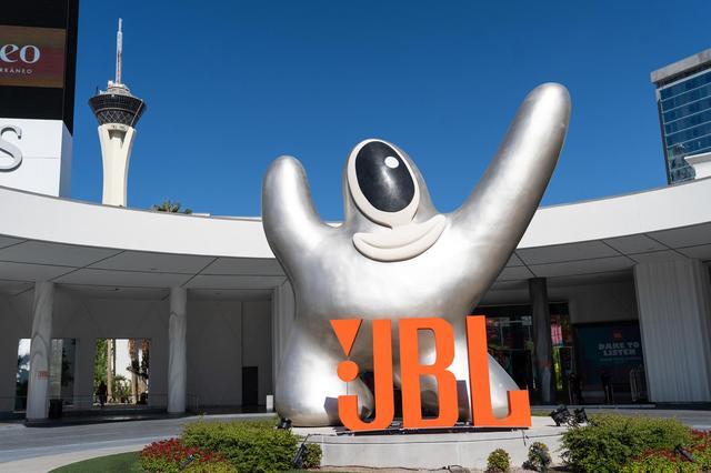 画像: JBL Fest. 2018の会場となったホテル「SLSラスベガス」正面玄関ともいえる車寄せには巨大なJBLロゴが飾られていた。