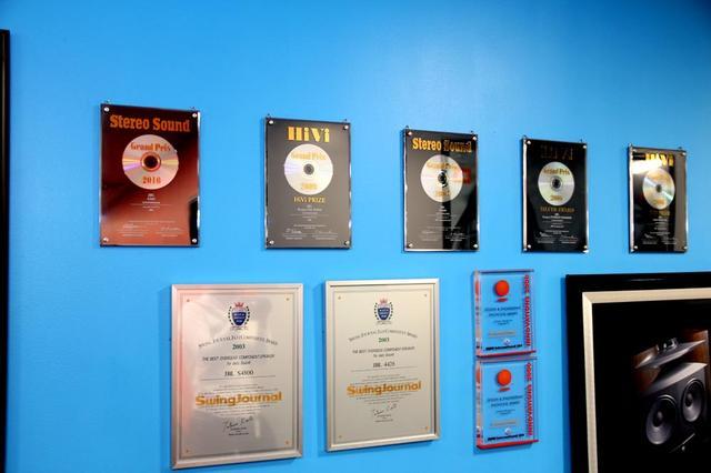画像: オフィス内の壁に飾られた受賞盾の数々。スペースの都合でこれ以外にもいくつもの盾が別の場所に並べられていた。