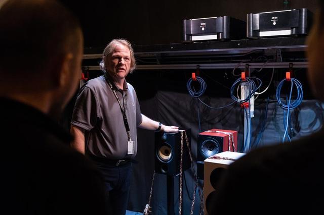 画像: ブラインド試聴をオートマチックで行える試聴室で説明をするクリス氏。