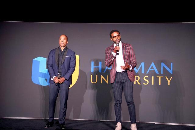 画像: ハーマン・ユニバーシティのステージで講演するThe Midnighthourのお二人。