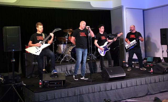 画像: 音楽の構成要素を生演奏で紹介。バンドメンバーはすべてJBLのスタッフである。