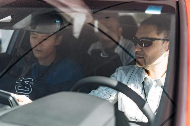 画像: JBLカーオーディオ搭載車両の試聴をする筆者。