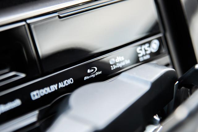 画像: 市販AVナビ市場で唯一ブルーレイプレーヤーを搭載するパナソニックStrada。CN-F1XVDの9V型モニターを倒すと、Blu-ray Discのロゴが現れる。