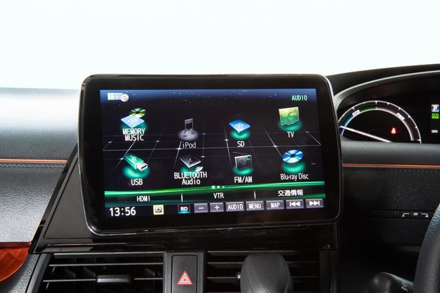画像: CN-F1XVDのオーディオメニュー画面。ストラーダのトップメニューはオーディオとナビのアイコンが半々に表示されるツートップメニューが特長だが、フリック操作することでオーディオソースのセレクト画面に変えることができる。地デジやブルーレイのほか、ラジオ、SD、iPod、Bluetooth Audio、メモリーミュージック、USBと多彩なメディア再生能力を誇る。さらに、同社のドライブレコーダーと組み合わせると、ドラレコに記録した映像を本機で再生確認することもできるようになる。