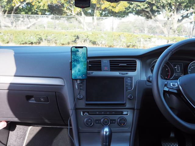 画像: ゴルフVIIのエアコン吹き出し口にセットされたカロッツェリア「SDA-SC500」とアップルiPhone X。