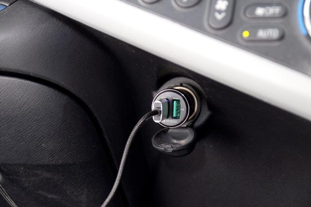 画像: シガレットライターソケットからUSB電源が供給できるアダプター。USB端子は2口用意されているため、愛用iのPhone6の場合は充電用のケーブルを接続して使用する。