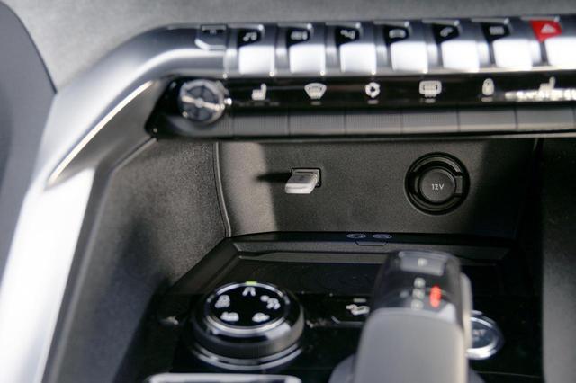 画像: センターコンソールのスイッチ下、シフトノブの前方、奥まったところにUSB接続用端子とシガレットライターソケットが装備されている。