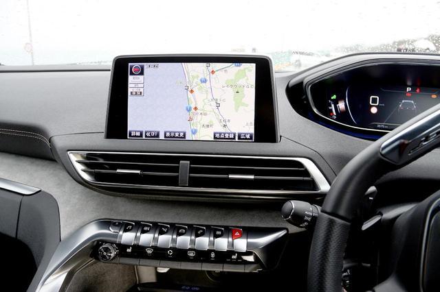 画像: プジョーのインフォテインメントシステム「i-Cockpit」。8インチタッチパネルとインスツルメントパネル、エアコンルーバー下のスイッチなどで構成されている。