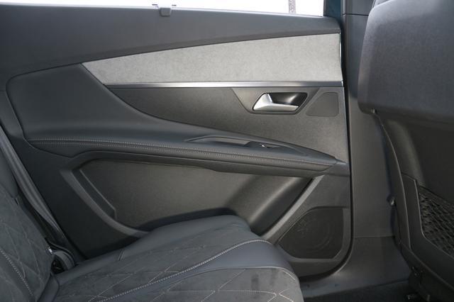 画像: リアドアのスピーカーはリリースノブの前にトゥイーター、ドアポケットの前にウーファーが配置される
