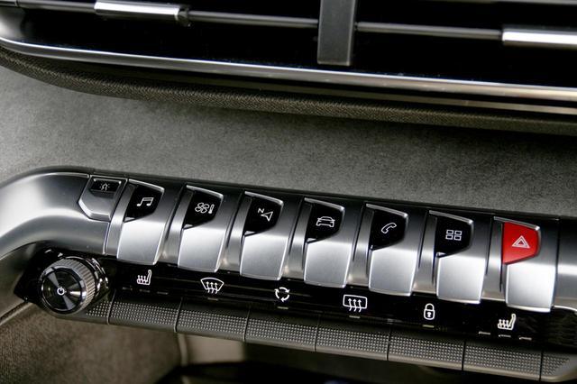 画像: センターコンソールに並ぶスイッチ。一番左がオーディオのオンオフスイッチとボリュウム調整を兼ねたプッシュスイッチ&ロータリーコマンダー。シルバーのひさしのようなスイッチで、ディスプレイに表示する情報を選択する。