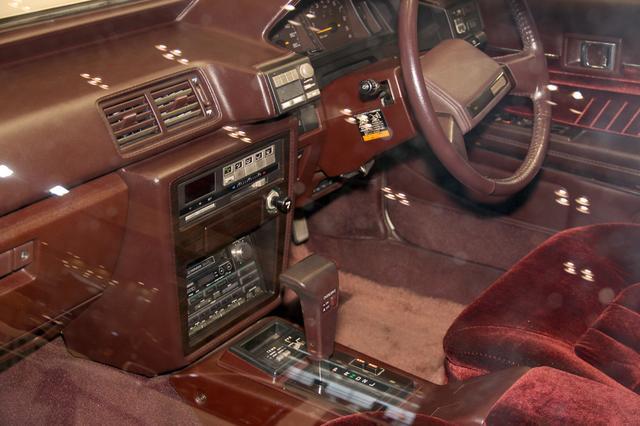 画像: マークIIに搭載されていたのはパイオニア製の2DINチューナーデッキ。オートリバース式カセットデッキとAM/FMチューナーが内蔵されたものだ。大型のボリュウムダイヤルが特徴的なデザインで、BASS/MID/TREBLEの3バンドトーンコントロール機能が装備されている。