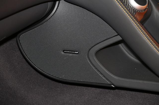 画像: スピーカーグリルの中央には「MERIDIAN DSP」のロゴバッジが付いている。マクラーレンと同じ英国のオーディオブランドである「メリディアン(MERIDIAN)」がカーオーディオとして採用されていた。