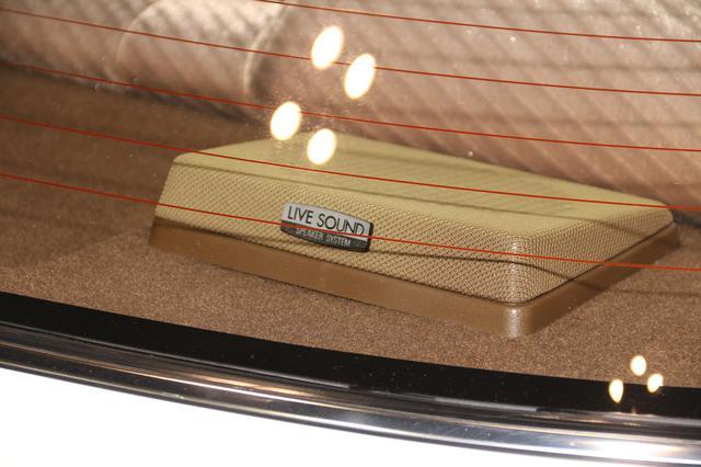 画像: この当時、リアスピーカーといえはリアウィンドウの内側に配置されるのが一般的で、トヨタではこのリアスピーカーを生かしたカーオーディオを「LIVE SOUND SPEAKER SYSTEM」として訴求していた。