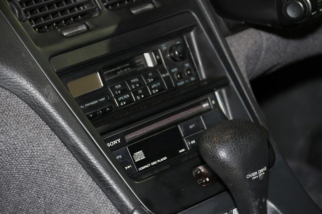 画像: ソニー製のカセットデッキチューナーと、CDプレーヤーを搭載。この当時、1枚ずつ再生するCDプレーヤーはまだ珍しかった(6枚から12枚を1度に格納して再生できるチェンジャーが主流だった)。