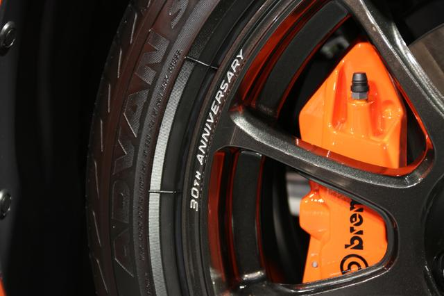 画像: RAYS社製鍛造アルミホイールにも「30TH ANNIVERSARY」と刻まれるほか、Brembo製キャリパーもオレンジ塗装のものが搭載されていた。