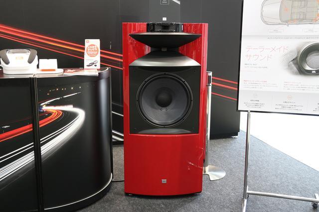 """画像: 特色仕上げの""""赤い""""JBL K2 S9900もデモンストレーションしている。"""