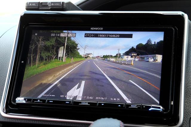 画像: HDドライブレコーダーの映像を、彩速ナビMDV-M906HDLの9V型ハイビジョン画面で確認。青空に浮かぶ雲の細かな形まで綺麗に再現している。