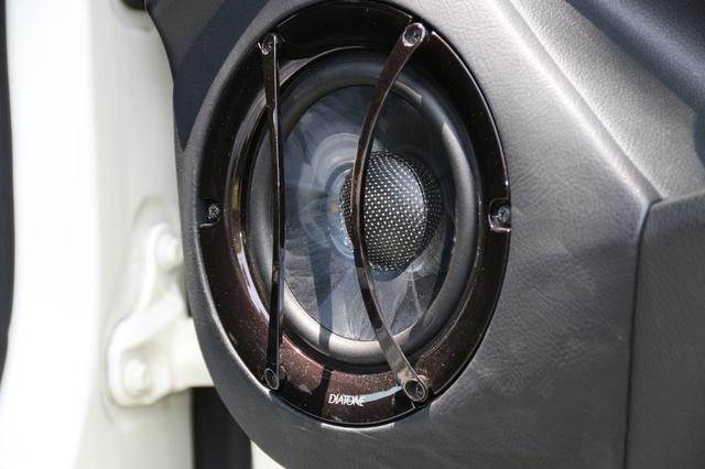 画像: DS-SA1000のウーファーユニットはドアポケットの前方に配置。カップ積層型ナノカーボンチューブを採用したNCV-Rを素材として整形。コーン表面には独自のリブをもたせたソリッドライン構造とすることで、フルピストンモーション駆動を実現したという。
