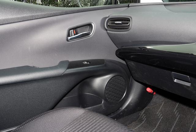 画像: ダッシュボードのトゥイーターと2ウェイを構成するドアのウーファーには、楕円型のコーンスピーカーが純正装着されている。