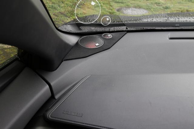 画像: ダッシュボードの純正スピーカー装着位置には、Studium GTO600CのトゥイーターとミッドレンジユニットStadium GTO20Mがマウントされる。純正パーツのスピーカーグリルを外し、バッフルボードを製作して収められているため、ダッシュボード自体の加工は行われていない。