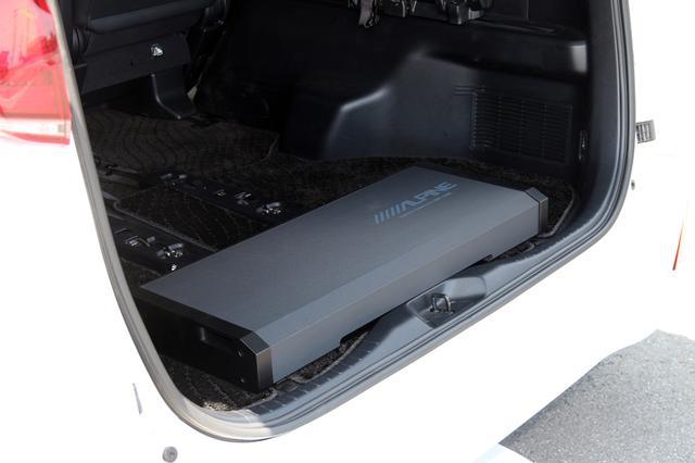 画像: 車両の最後部に載せられたパワードサブウーファーSWE-2200。200mmのサブウーファーユニットを2本収めたエンクロージュアには独自のスリットダクト方式とバスレフ構造が採用されている。