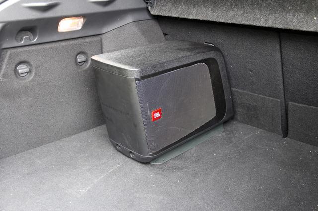 画像: C-HRのラゲッジに載せられるパワードサブウーファーのBassPro Micro。低音チューニングのためのレベル調整やカットオフ周波数設定、また低音増幅イコライザーなどを装備する。エンクロージュア部と、アンプを内蔵するベースユニットの分離が可能で、車両への搭載方法の選択肢が選べる。