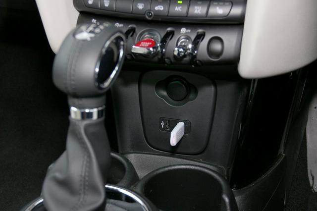 画像: USB端子は2口設けられており、スマートフォンやメモリーを接続して再生することができる。