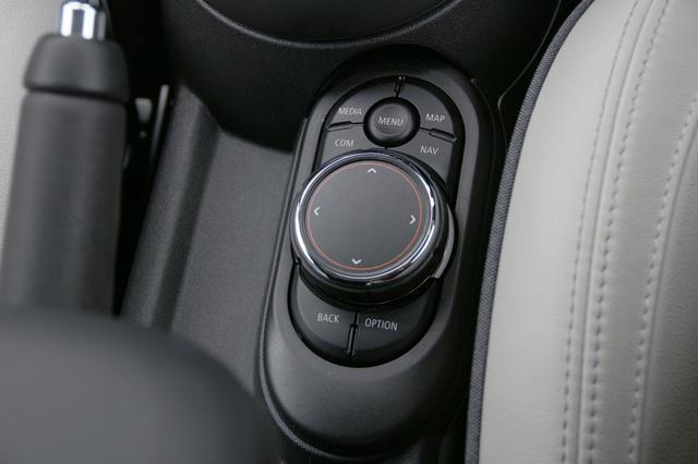 画像: インフォテイメントシステムのディスプレイにタッチして操作することもできるが、シフトレバーの傍らにあるコントローラーでも操作が可能。慣れると手元を見ないでも操作できるだろう。