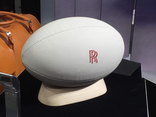 画像: 車両の内装材と同じレザーを使用して制作されたラグビーボールも展示。