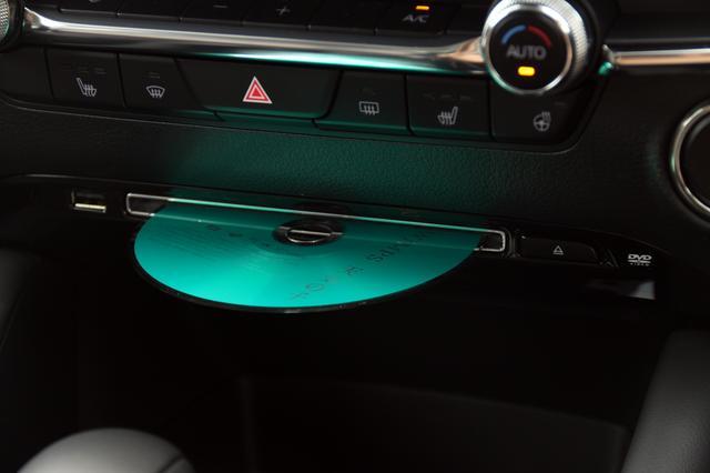 画像: CDはハザードランプスイッチの直下、DVDビデオの再生も可能だ。